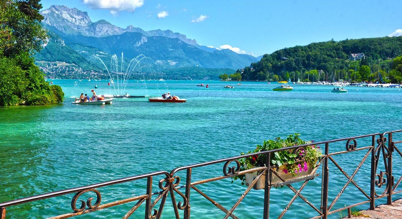 Annecy   La ville d'Annecy en bord de lac, véritable Venise des Alpes